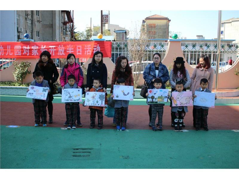 江苏盐城某幼儿园老师依次掌脸几名幼儿,一老师在旁盛